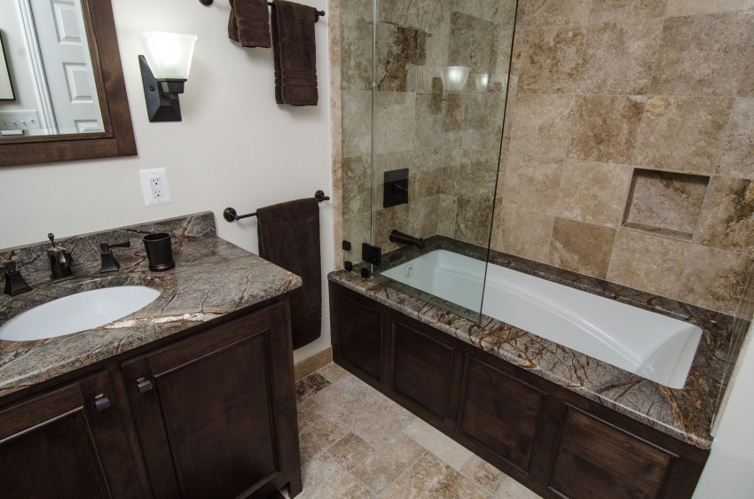 Charmant Brown Granite Bath