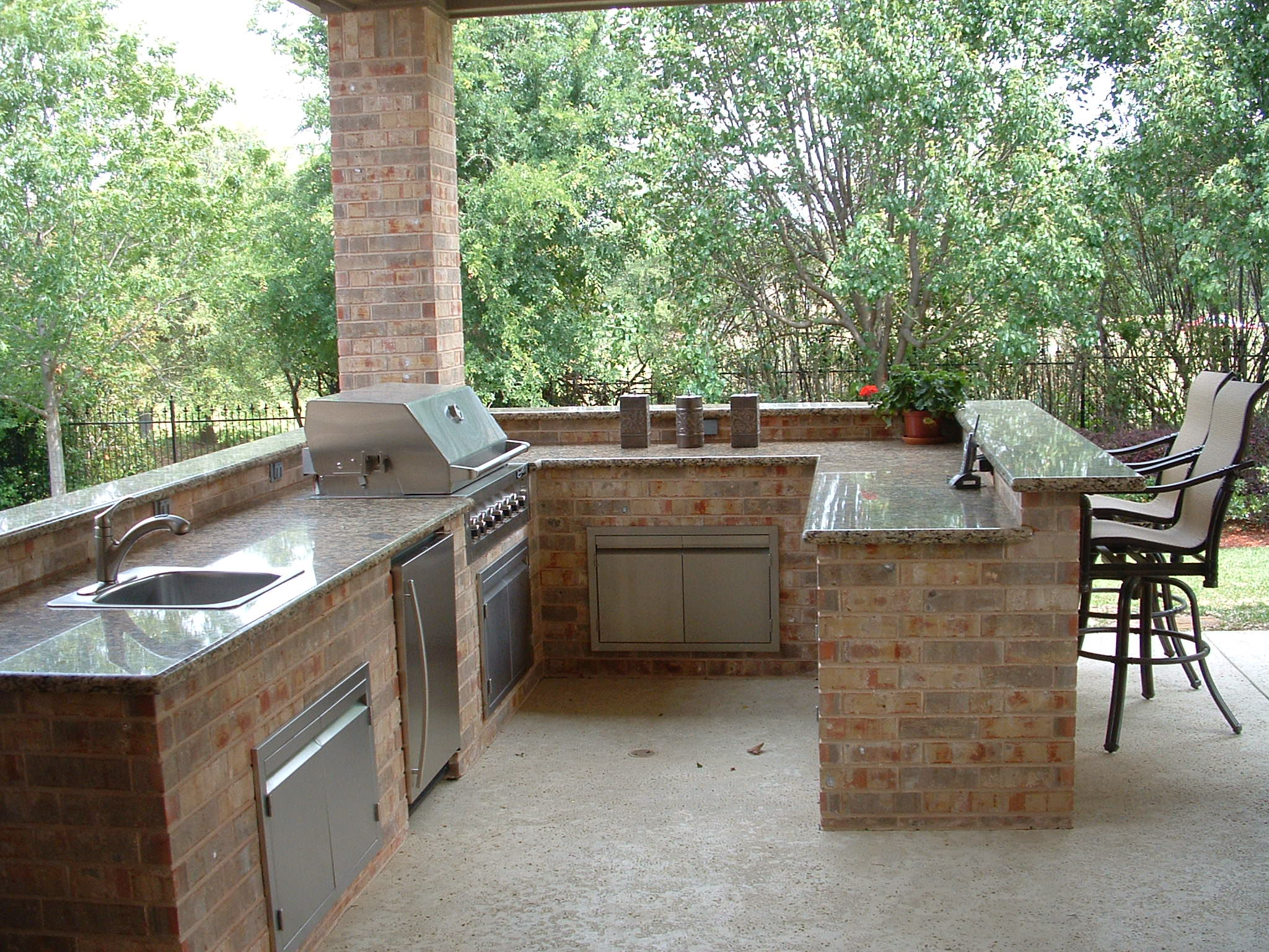 Planning and installing an outdoor kitchen modlich for Outdoor kitchen bar plans